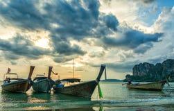 Fantastisk sikt av den härliga stranden med longtalefartyg Läge: Railay strand, Krabi, Thailand, Andaman hav Konstnärlig bild arkivbilder