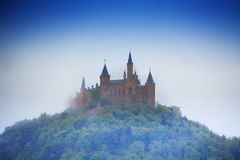 Fantastisk sikt av den Hohenzollern slotten i ogenomskinlighet fotografering för bildbyråer