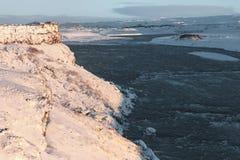 fantastisk sikt av den kalla floden och dettäckte landskapet royaltyfri bild