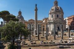 Fantastisk sikt av den Trajan kolonnen och forum i stad av Rome, Italien Royaltyfri Fotografi