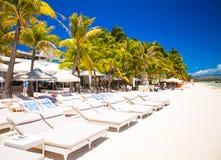 Fantastisk sikt av den trevliga tropiska tomma sandiga plagen Royaltyfri Foto