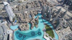 Fantastisk sikt av Dubai och springbrunnen från Burj Khalifa Royaltyfri Bild