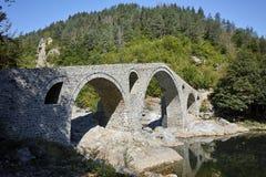 Fantastisk sikt av jäkels bro nära den Ardino staden, Bulgarien arkivfoton