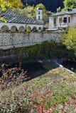 Fantastisk sikt av kyrkan av antagandet, floden och höstträdet i stad av Shiroka Laka, Bulgarien arkivbilder