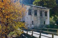 Fantastisk sikt av kyrkan av antagandet, floden och höstträdet i stad av Shiroka Laka, Bulgarien royaltyfri bild