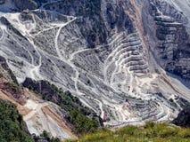 Fantastisk sikt av marmorvillebrådet, nära Carrara, Italien maskineri Arkivfoto