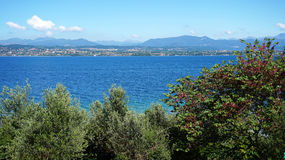 Fantastisk sikt av sjön Garda från kullarna i den Sirmione staden, Italien Royaltyfri Bild