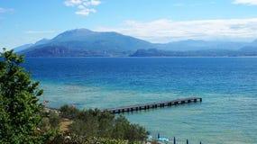 Fantastisk sikt av sjön Garda från parkera Parco Pubblico Tomelleri i den Sirmione staden, Italien Arkivfoto