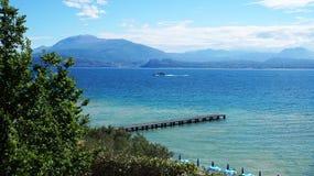 Fantastisk sikt av sjön Garda från parkera Parco Pubblico Tomelleri i den Sirmione staden, Italien Royaltyfria Bilder