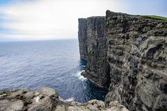Fantastisk sikt av slav- berg av Tralanipan den branta klippan norr Atlantic Ocean som i för den Vagar ön, Faroe Island, Danmark  arkivbild