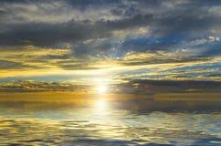 Fantastisk sikt av solen som filtrerar till och med de mörka molnen arkivbilder
