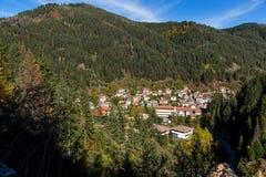 Fantastisk sikt av staden av Shiroka Laka och Rhodope berg, Bulgarien arkivbilder