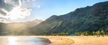 Fantastisk sikt av strandlas Teresitas med gul sand L?ge: Santa Cruz de Tenerife Tenerife, kanarief?gel?ar Konstn?rlig bild arkivbild