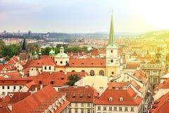 Fantastisk sikt av taken av byggnader och kyrkan av St Thomas i Prague uppifrån av St Nicholas Bell Tower Fotografering för Bildbyråer