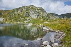 Fantastisk sikt av Trefoil sjön, Rila berg, de sju Rila sjöarna Royaltyfria Bilder