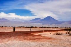 Fantastisk sikt av vulkan Licancabur, Chile i molnen Atacama öken Royaltyfri Bild