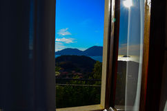 Fantastisk sikt från fönstret på havet och bergen Italien Royaltyfria Bilder