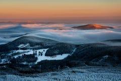 Fantastisk sikt från skojat bergmaximum under kall vinterdag B Arkivfoton