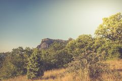 Fantastisk sikt på berg i avståndet i varm sommar Semester sommarlopp crimea royaltyfri bild
