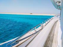 Fantastisk sikt på den tropiska ön med vit sand från sidan av yachten Lopp- och semesterbegrepp arkivbilder