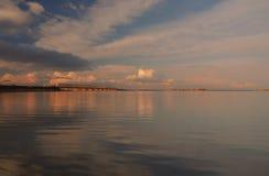 Fantastisk sikt som ska överbryggas och dämmas av över den Dnieper floden, Cherkasy, Ukraina på solnedgången Arkivbild