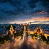 Fantastisk sikt till natten Paris från bågen av Triomphen Arkivfoton