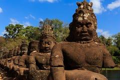 Fantastisk skulptur på den södra porten av Angkor Thom Fotografering för Bildbyråer