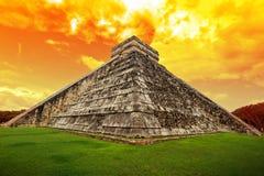 Fantastisk sky över den Kukulkan pyramiden i Chichen Itza Royaltyfri Fotografi
