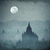 Fantastisk slottkontur under månen på den mystiska natten Arkivfoton
