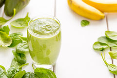 Fantastisk smaklig grön avokadoskaka eller Smoothie som göras med den ny avokadon, bananen, citronjuice och Non mejerimjölk Arkivbilder