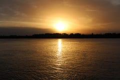 Fantastisk solnedgång över floden Royaltyfri Foto
