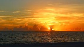 Fantastisk solnedgång över golfen av Mexiko royaltyfri foto