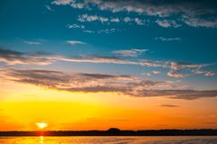Fantastisk solnedgång över sjön Royaltyfri Fotografi