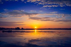 Fantastisk solnedgång över sjön Arkivfoton