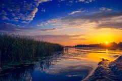 Fantastisk solnedgång över sjön Royaltyfri Foto