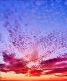 fantastisk solnedgång Himlen i färgrika moln Arkivfoton