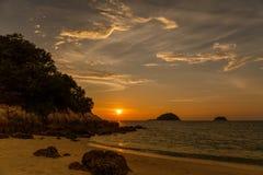 Fantastisk solnedgång i ön Arkivbild