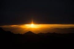 Fantastisk solnedgång i berg på rutt 66, fireeye på mörk backgrou Arkivbild