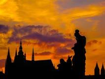 Fantastisk solnedgång i Prague royaltyfri foto