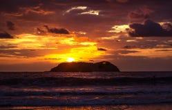 Fantastisk solnedgång - Manuel Antonio, Costa Rica arkivfoto