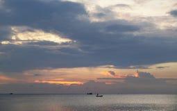 Fantastisk solnedgång och traditionellt asiatiskt fartyg på en tropisk ö Arkivbild