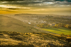 Fantastisk solnedgång ovanför den gamla Edinburg arkivbilder