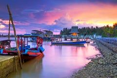 Fantastisk solnedgång på hamnen i Thailand Royaltyfri Bild