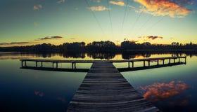 Fantastisk solnedgång på sjön Arkivbilder