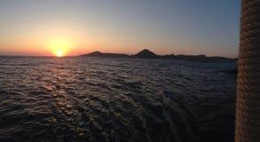 Fantastisk solnedgångbild i det frodiga Bodrum havet Royaltyfri Foto