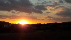 Fantastisk solnedgångsikt på en molnig dag Arkivbild