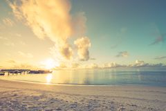 Fantastisk solnedgångstrand royaltyfri bild