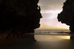 Fantastisk solnedgång och klippor på den hae yao stranden, Trang, Thailand Fotografering för Bildbyråer
