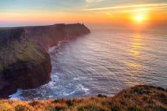 Fantastisk solnedgång över Atlantic Ocean Arkivbilder