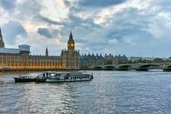 Fantastisk solnedgångsikt av hus av parlamentet, slott av Westminster, London, England Royaltyfri Foto
